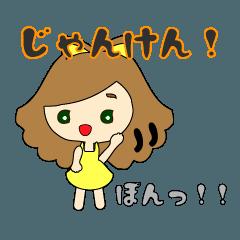 小さな女の子(黄色カラーファッション)